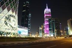 Tráfico por carretera de la noche en centro financiero en Doha, Qatar fotografía de archivo