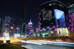 Tráfico por carretera de la noche en centro financiero en Doha, Qatar imagen de archivo