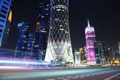 Tráfico por carretera de la noche en centro financiero en Doha, Qatar imagen de archivo libre de regalías
