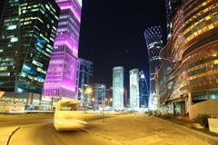 Tráfico por carretera de la noche en el centro financiero, Doha, Qatar foto de archivo libre de regalías