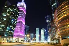 Tráfico por carretera de la noche en el centro financiero, Doha, Qatar imagen de archivo libre de regalías