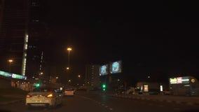 Tráfico por carretera de la noche en los caminos del vídeo de la cantidad de la acción de Dubai metrajes