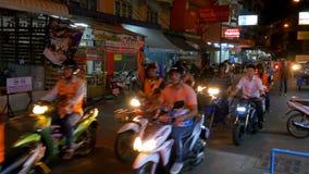 Tráfico por carretera de motos en la calle de Pattaya en la noche en el centro de ciudad, Tailandia almacen de video