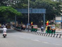 Tráfico por carretera en Bangalore imagen de archivo