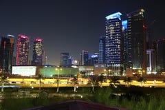 Tráfico por carretera en centro financiero en Doha, Qatar fotos de archivo