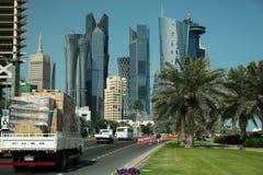 Tráfico por carretera en centro financiero en Doha, Qatar imagen de archivo libre de regalías