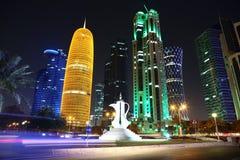 Tráfico por carretera en centro financiero en Doha, Qatar imágenes de archivo libres de regalías