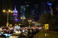 Tráfico por carretera en centro financiero en Doha, Qatar fotos de archivo libres de regalías