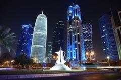 Tráfico por carretera en centro financiero en Doha, Qatar imagenes de archivo
