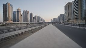 Tráfico por carretera en Dubai contra la perspectiva de casas durante crepúsculo metrajes