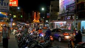 Tráfico por carretera en la calle en la noche, Tailandia de Pattaya almacen de metraje de vídeo