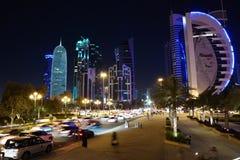 Tráfico por carretera en la noche en centro financiero en Doha, Qatar imagen de archivo