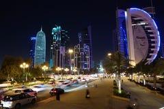 Tráfico por carretera en la noche en centro financiero en Doha, Qatar foto de archivo libre de regalías
