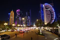 Tráfico por carretera en la noche en centro financiero en Doha, Qatar fotos de archivo libres de regalías
