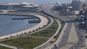 Tr?fico por carretera en la carretera que pasa a lo largo del bulevar de la playa en Baku, Azerbaijan En un d?a de verano soleado metrajes