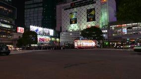 Tráfico por carretera en la travesía en la noche, Tokio, Japón de Shibuya almacen de metraje de vídeo
