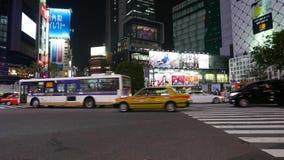 Tráfico por carretera ocupado en el paso de peatones de Shibuya, Tokio, Japón almacen de video
