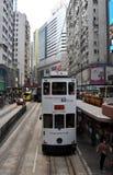 Tráfico por carretera, tranvía doble y rascacielos en Hong Kong Island foto de archivo