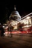 Tráfico por la catedral de San Pablo en la noche Fotografía de archivo libre de regalías