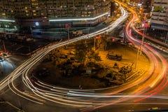 Tráfico por noche imagenes de archivo