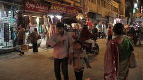 Tráfico principal del Bazar de Delhi almacen de metraje de vídeo