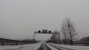 Tráfico que conduce a lo largo de la autopista en Alemania almacen de video