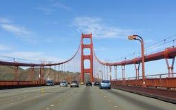 Tráfico que cruza puente Golden Gate Imagenes de archivo