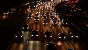 Tráfico rápido de la hora punta de la tarde en autopista sin peaje ocupada en Los Ángeles metrajes