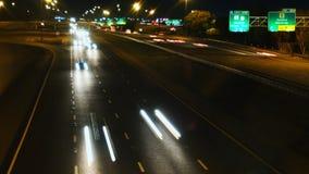 Tráfico rápido en la ciudad en la noche almacen de metraje de vídeo