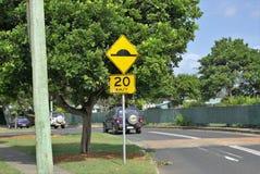 Tráfico rodante en la calle del límite de velocidad de 20 kilómetros Fotos de archivo libres de regalías