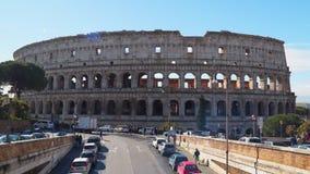 Tráfico romano del coliseo y de coche cerca almacen de metraje de vídeo