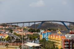 Tráfico sobre el alto puente azul Imagen de archivo