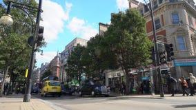 Tráfico, taxis y autobuses rojos de Londres del autobús de dos pisos en Oxford Street, Londres, Inglaterra almacen de metraje de vídeo