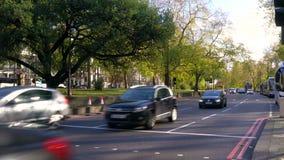 tráfico, taxis y autobuses rojos del autobús de dos pisos conduciendo en Park Lane, Londres, Inglaterra metrajes