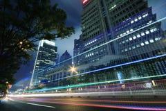 Tráfico a través de la ciudad moderna en la noche en Shangai Fotografía de archivo libre de regalías
