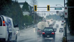 Tráfico a través de suburbios en día lluvioso