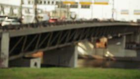 Tráfico a través del bokeh del puente almacen de video