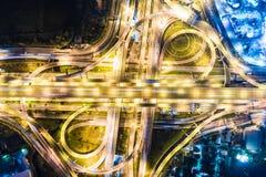 Tráfico a través del camino del empalme en la noche fotografía de archivo