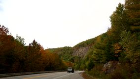 Tráfico turístico cerca de Camden, Maine almacen de metraje de vídeo