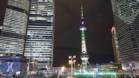 Tráfico urbano del lapso de tiempo en la noche, el rascacielos de Shangai y la torre de la perla TV de Oriente almacen de video