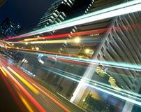 Tráfico urbano en la noche Foto de archivo libre de regalías