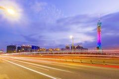 Tráfico urbano en la noche Imagenes de archivo