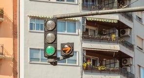 Tráfico verde claro con la flecha amarilla en la derecha Imagen de archivo