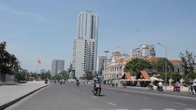 Tráfico vietnamita y gente en distrito céntrico almacen de video