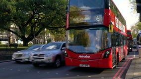 Tráfico y doble rojo Decker Busses en Park Lane cerca de Hyde Park, Londres almacen de metraje de vídeo