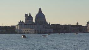 Tráfico y edificios del barco de Venecia almacen de video