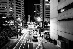Tráfico y edificios en Charles Street en la noche, en el interno fotos de archivo