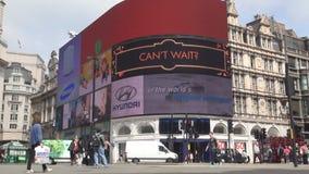 Tráfico y gente de coches del cuadrado de Piccadilly Circus de la ciudad de Londres que caminan en la acera metrajes