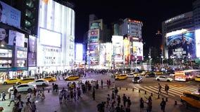 Tráfico y gente que caminan en paso de peatones en la noche en Ximending en Taipei, Taiwán almacen de video