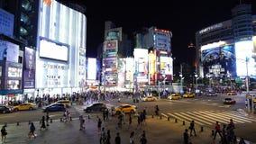 Tráfico y gente que caminan en paso de peatones en la noche en Ximending en Taipei, Taiwán metrajes